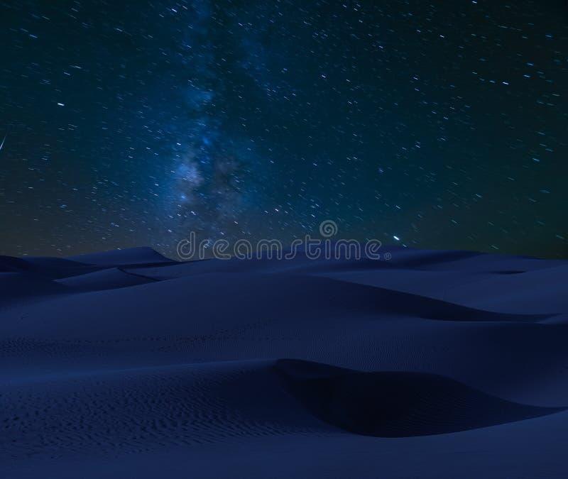 Melkweg, meteorieten en komeet over de woestijn stock foto