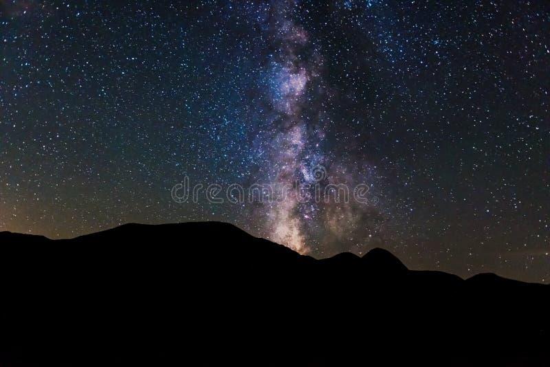 Melkweg over bergen royalty-vrije stock foto's