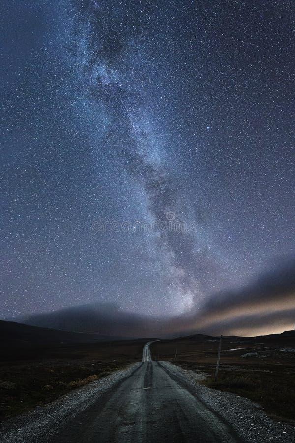 Melkweg over de weg in Stugudalen dichtbij Sylan-bergen, Noorwegen Herfstnachthemel royalty-vrije stock foto
