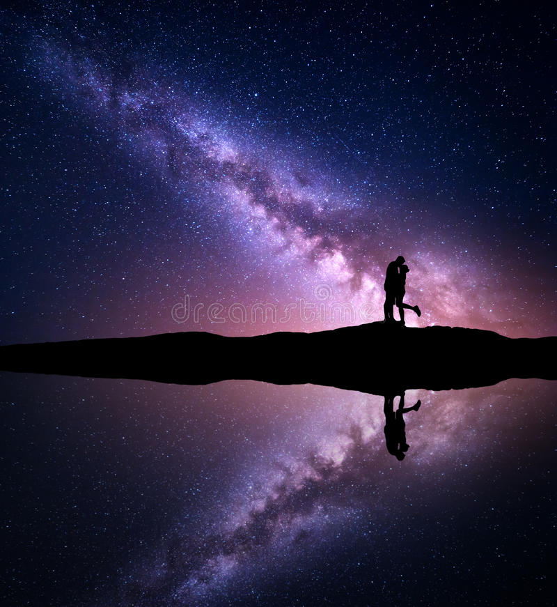 Melkweg Silhouetten van het koesteren van en het kussen van de mens en vrouw royalty-vrije stock afbeeldingen