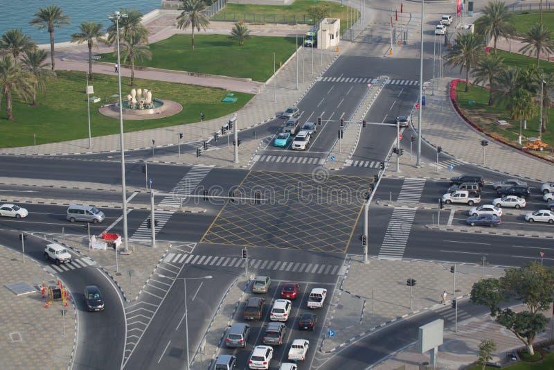 Mellanösten Qatar, Doha, trafik på Cornichen arkivbilder