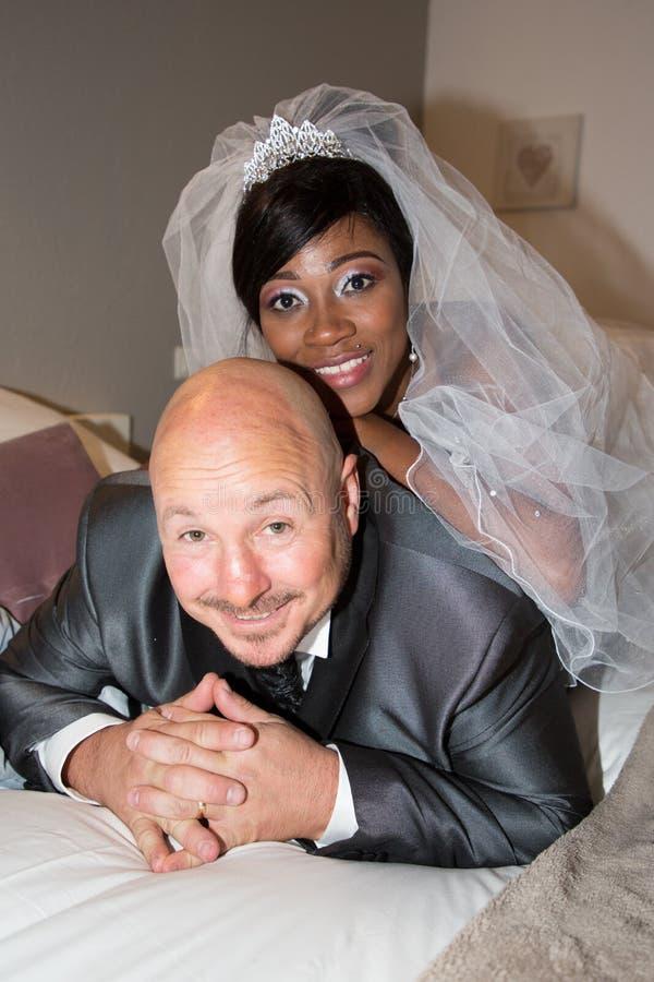 Mellan skilda raser bröllopman och kvinna för blandat lopp fotografering för bildbyråer