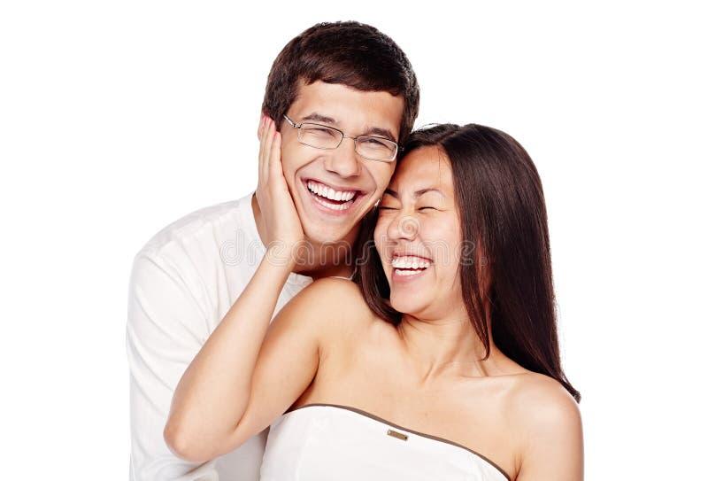Mellan skilda raser skratta för par royaltyfri foto