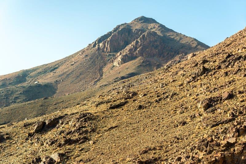 Mellan?sten eller Afrika, pittoresk kal bergskedja och ett stort sandigt fotografi f?r landskap f?r dal?kenlandskap arkivfoton