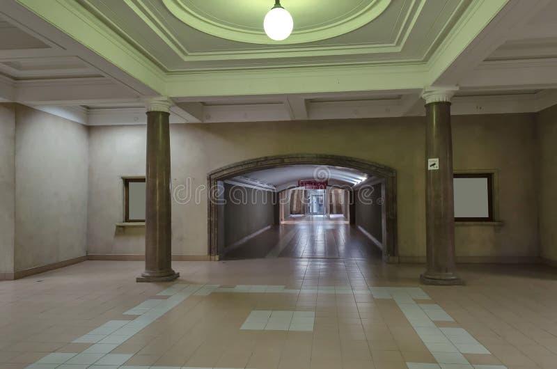 Mellanliggande korridor i järnvägsstationlist royaltyfria foton