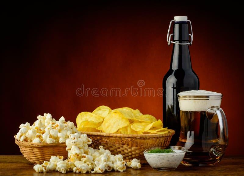 Mellanmål och öl royaltyfri bild