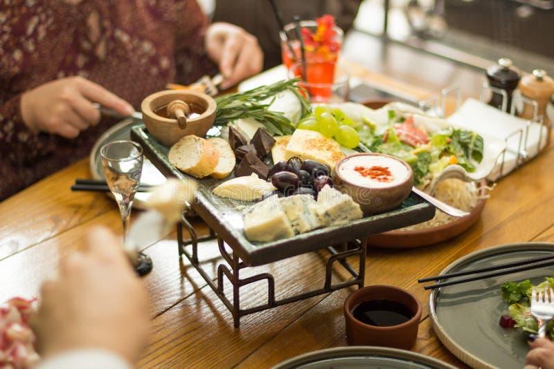 Mellanmål på tabellen i restaurangen royaltyfria foton