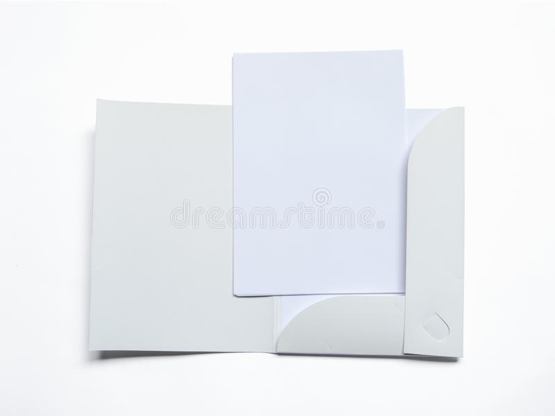 Mellanrum öppnad mapp med dokumentet på vit arkivfoto