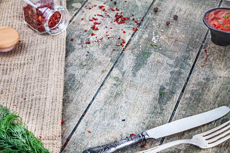 Mellanrum emty bakgrund för matfoto, 45 grad sikt Tjänad som tabell med sås, torr paprica, gaffeln och kniven Stor bild för fotografering för bildbyråer