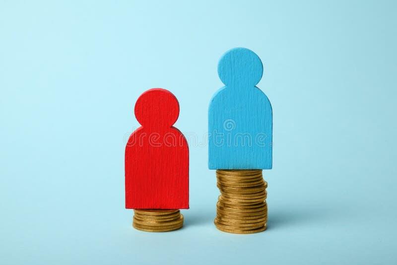 Mellanrum för ojämlikhetfolkinkomst Guld- mynt på våg arkivfoto