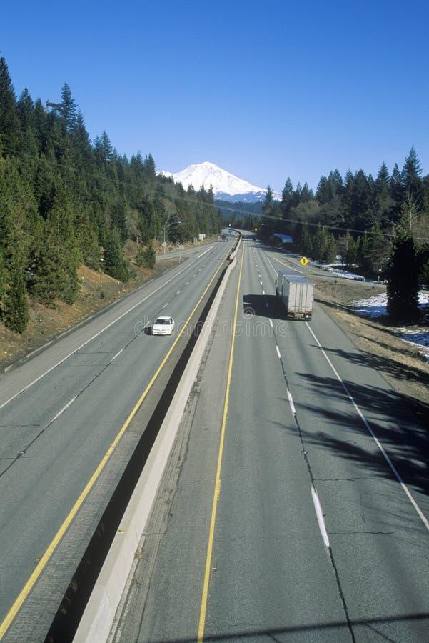 Mellanstatliga 5 som monterar Shasta, Kalifornien arkivbild