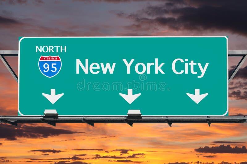 Mellanstatliga 95 till det New York City huvudvägtecknet med soluppgånghimmel arkivbild