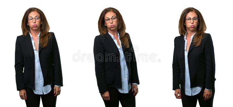 Mellersta ålderaffärskvinna med långt hår royaltyfri fotografi