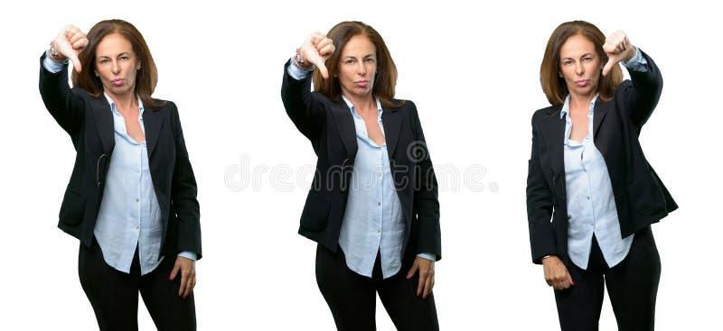 Mellersta ålderaffärskvinna med långt hår royaltyfria foton