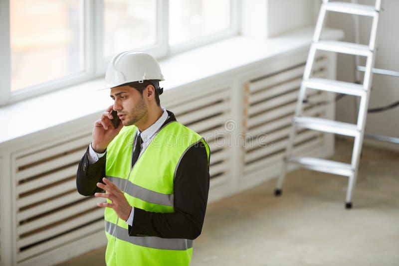 Mellersta - östlig affärsman på konstruktionsplats royaltyfri foto