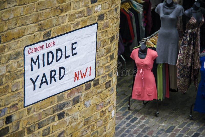 Mellersta gårdgatatecken på en bricked vägg i den Camden låsmarknaden London, UK royaltyfria foton