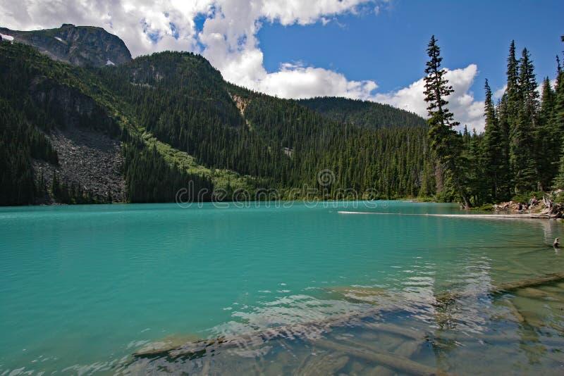 Mellersta Joffre Lake i Joffre Lakes Provincial Park, Kanada royaltyfria bilder