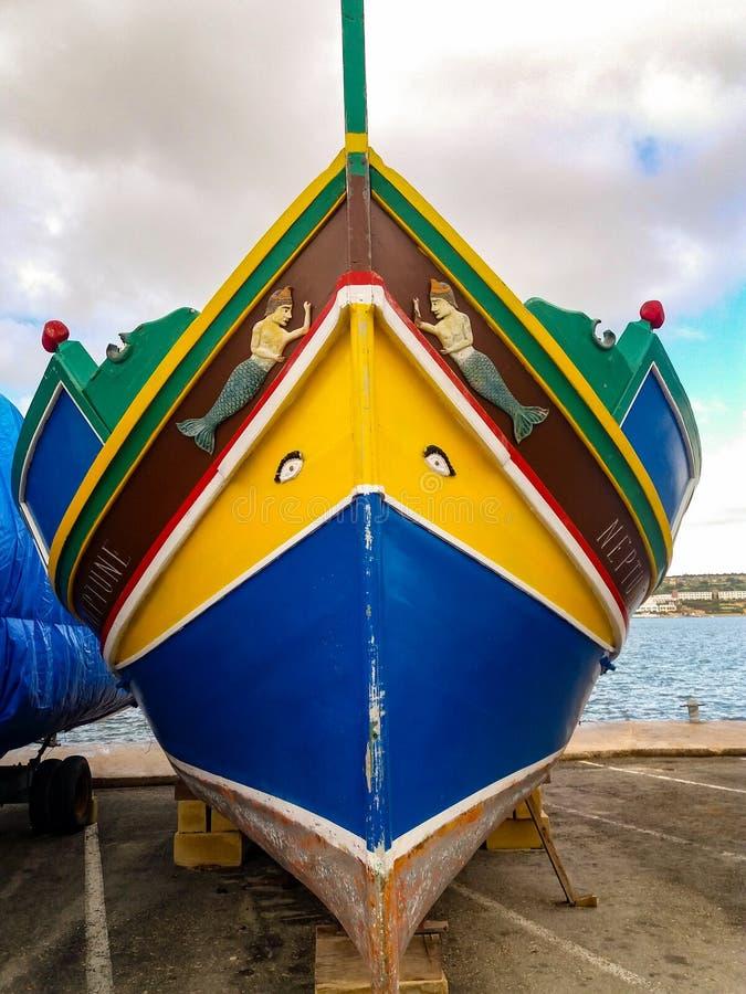Mellieha, Malta, il 30 dicembre 2018 - peschereccio maltese del colorfull tradizionale, luzzu maltese, con gli occhi di Osiris immagini stock libere da diritti