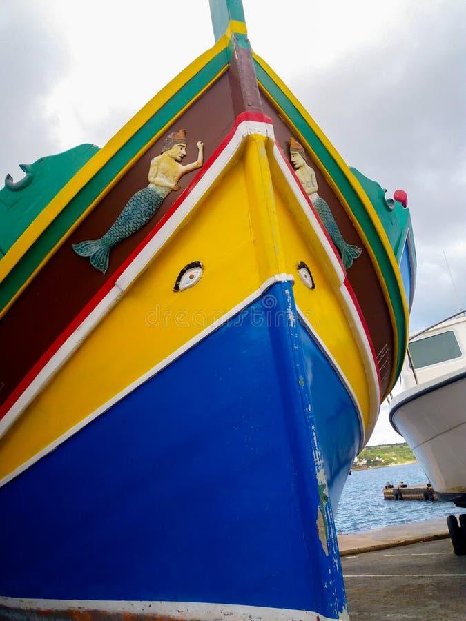 Mellieha, Malta, il 30 dicembre 2018 - peschereccio maltese del colorfull tradizionale, luzzu maltese, con gli occhi di Osiris fotografia stock