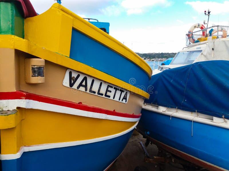 Mellieha, Malta, il 30 dicembre 2018 - peschereccio maltese del colorfull tradizionale, luzzu maltese, con gli occhi di Osiris fotografie stock