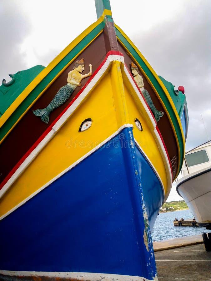 Mellieha, Malta, il 30 dicembre 2018 - peschereccio maltese del colorfull tradizionale, luzzu maltese, con gli occhi di Osiris immagine stock
