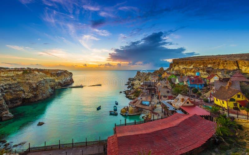 Mellieha, Malta - Skylineansicht des schönen Popeye-Dorfs an der Anker-Bucht bei Sonnenuntergang stockbild