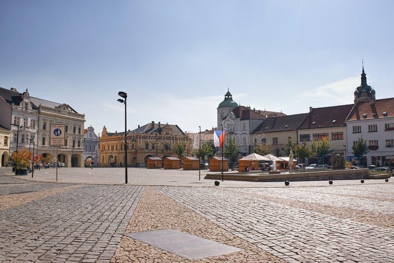 Melnik, чехия - 29-ое сентября 2017: исторические здания на Namesti Miru придают квадратную форму с мостоваой на переднем плане стоковое изображение rf