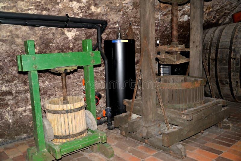Melnik, чехия Привинтьте прессу для извлечения сока от виноградин Свод вина музея виноделия Замок Melnitsky стоковая фотография
