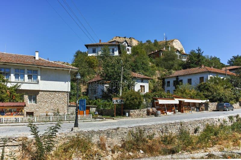 MELNIK BULGARIEN - SEPTEMBER 7, 2017: Gamla hus av århundradet för th 19 i stad av Melnik, Bulgarien royaltyfria foton