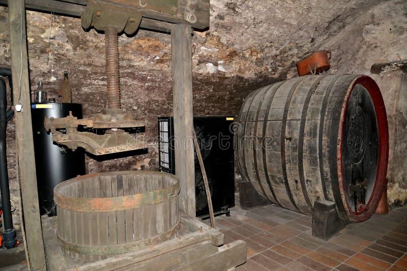 Melnik, república checa Uma imprensa de parafuso para uma extração do suco das uvas e um flanco para envelhecer do vinho Adega do imagens de stock royalty free