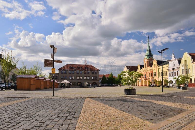 Melnik Tjeckien - April 26, 2018: historiska byggnader på Namesti Miru kvadrerar med trottoar på förgrund i vår royaltyfria foton