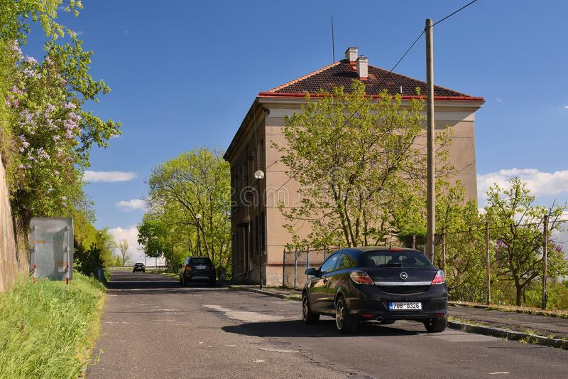 Melnik Tjeckien - April 26, 2018: svart ställning för bilOpel Astra H i gata för K Mostu nära gammalt hus i vår royaltyfri foto