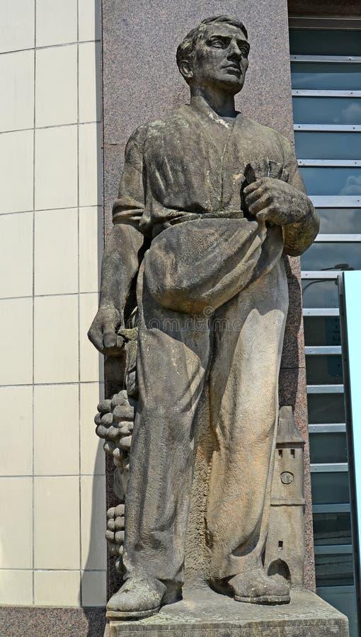 Melnik Tjeckien En skulptur av soweren på byggnaden arkivbilder