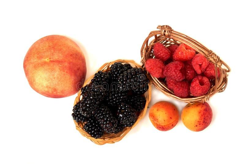 Melocotón, albaricoque, Blackberry y frambuesa aislados en el backg blanco imágenes de archivo libres de regalías