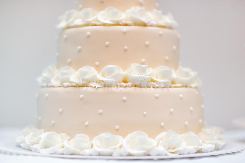 Melocotón delicioso y pastel de bodas blanco foto de archivo