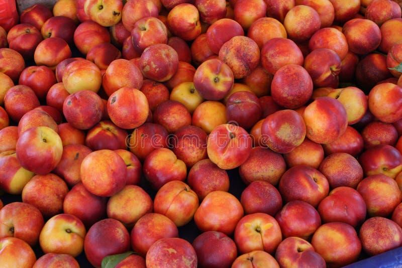 Melocotones orgánicos frescos de Peaches Heap Of Fresh Ripe imagen de archivo