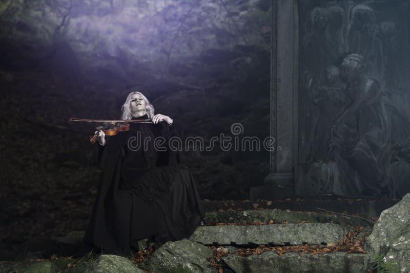Melodia escura do violino de um vampiro fotos de stock