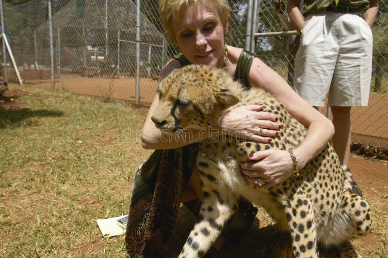 Melody Taft de la société humanitaire des USA visite le guépard chez l'installation animale de Nairobi, Kenya, Afrique au service photos stock
