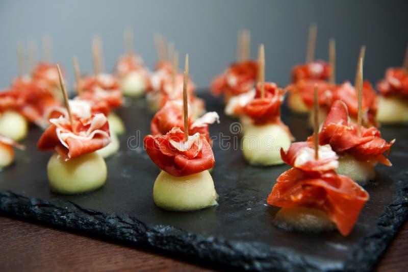 Meloen die in prosciuttoham wordt verpakt Italiaans voorgerecht stock fotografie