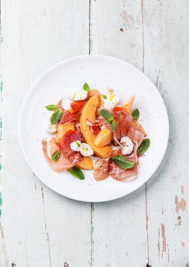 Meloen en prosciuttohamsalade stock afbeeldingen