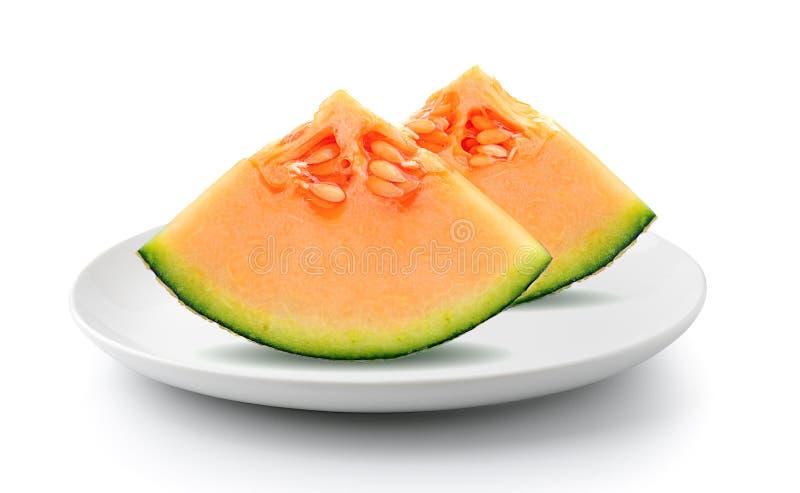 Meloen in plaat op een witte achtergrond wordt geïsoleerd die stock foto