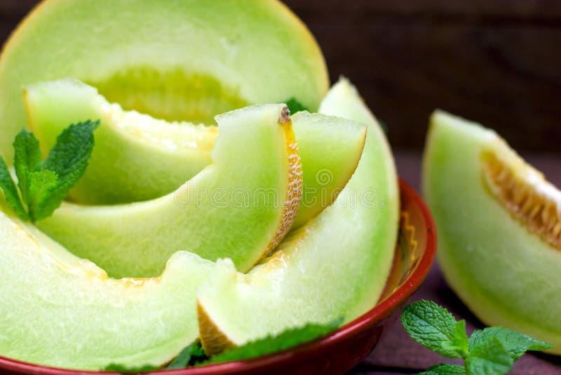 Meloenplak in rustieke kom, plakken van kantaloepclose-up royalty-vrije stock afbeelding