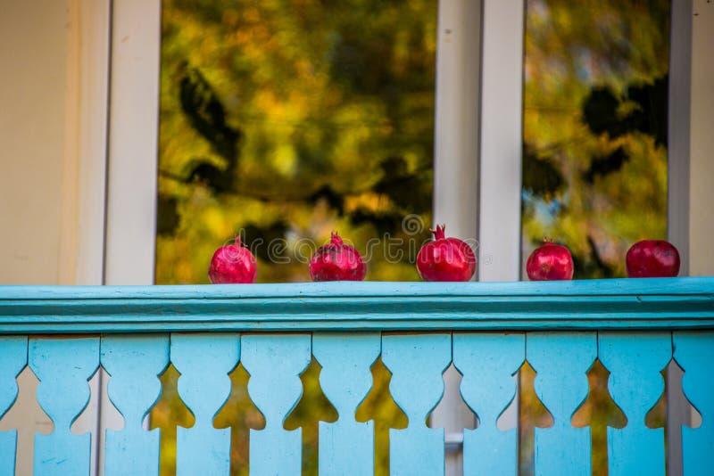 Melograni su un balcone fotografia stock