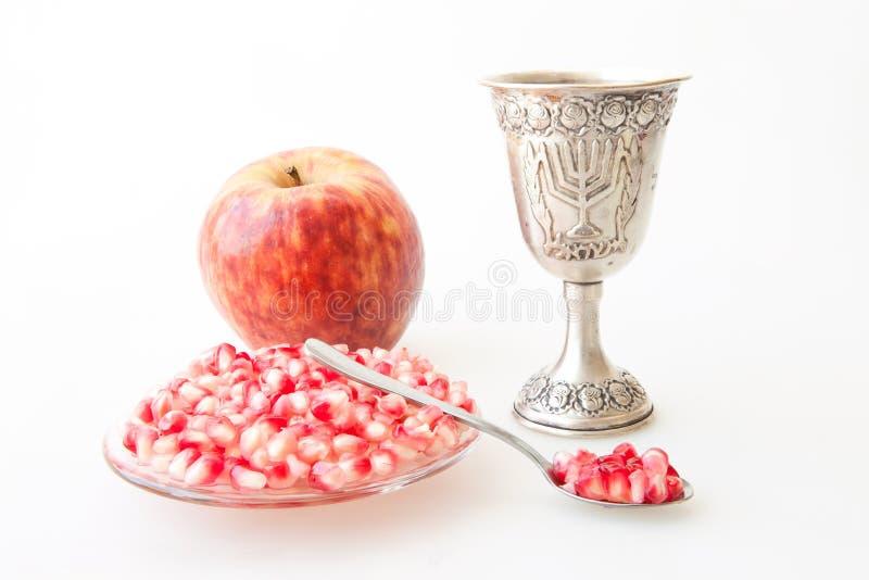 Melograno e mela della tazza di Kiddush di hashana di Rosh immagine stock