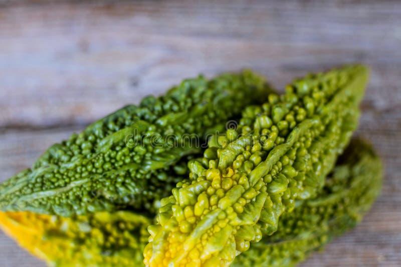 Melon amer frais de charantia indien mûr et vert de momordica, courge amère images stock