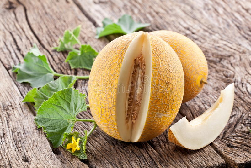 Melon avec des parts et des lames photographie stock libre de droits