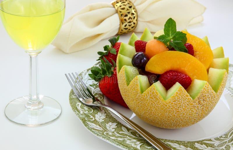 Melon coupé de fantaisie avec le fruit assorti à l'intérieur image stock