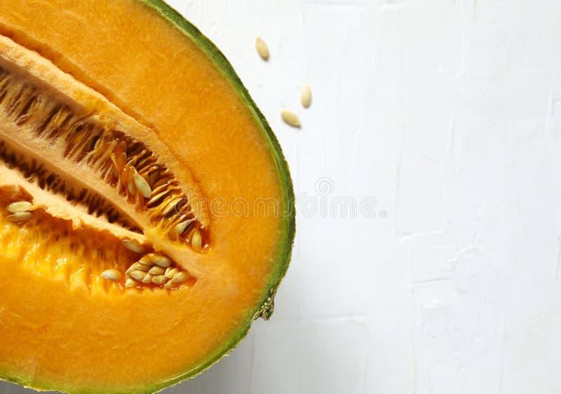 Melon doux frais de cantaloup sur le fond blanc photographie stock libre de droits