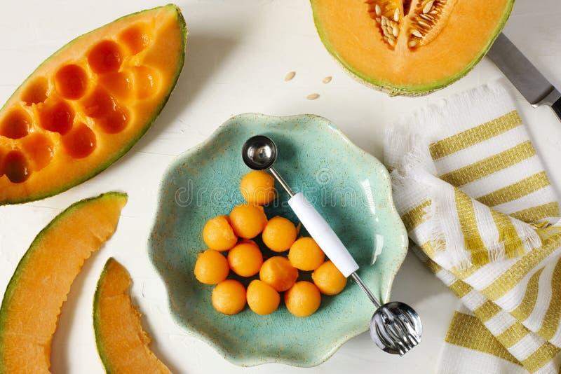 Melon doux frais de cantaloup sur le fond blanc image libre de droits