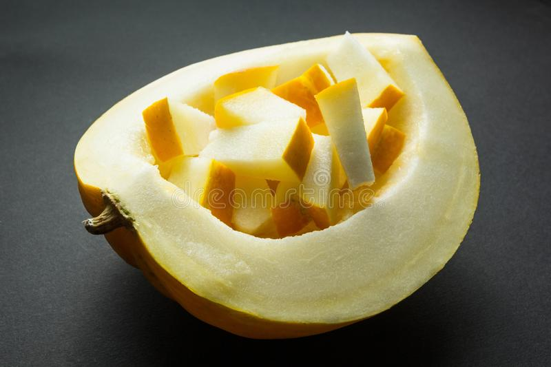 Melon jaune de cantaloup d'isolement sur le fond noir image libre de droits